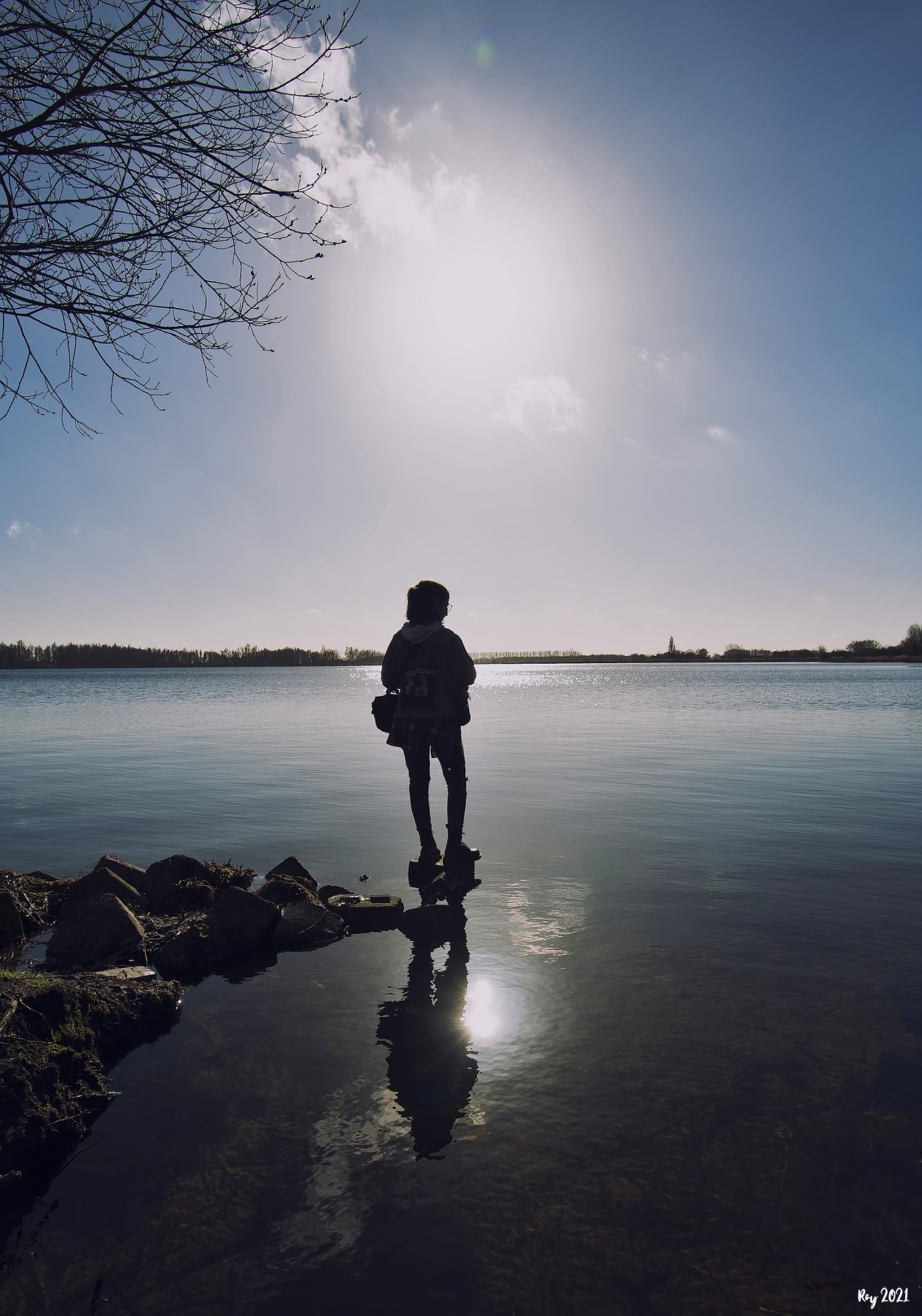 Luna - Eerste versie verwijderd, want ik was nog niet helemaal tevreden..... Foto van mijn dochter bij de Vlietlanden bij Leiden. Het tegenlicht geeft wat s - foto door Ray Beers op 27-02-2021 - deze foto bevat: zon, tegenlicht, nikon, leiden, luna, vlietlanden, Ray Beers