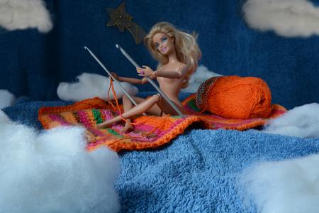 Magic Carpet - Created for Flickr - We're here - This week we infiltrate - Dreams of Flying - A tirbute to Jan von Holleben  www.flickr.com/groups/dreamsofflyin - foto door jopper op 05-02-2015 - deze foto bevat: vliegen, flying, dromen, droom, wol, barbie, dreams, haken, stof, hommage, tapijt, naalden, textiel, tribute, tabletop, breiwerk, carpet, breien, haakwerk, watten, eerbetoon, flickr, jopper, jopperbok, wh, wah, hereios, haaknaald, we'rehere, hanvonholleben, holleben