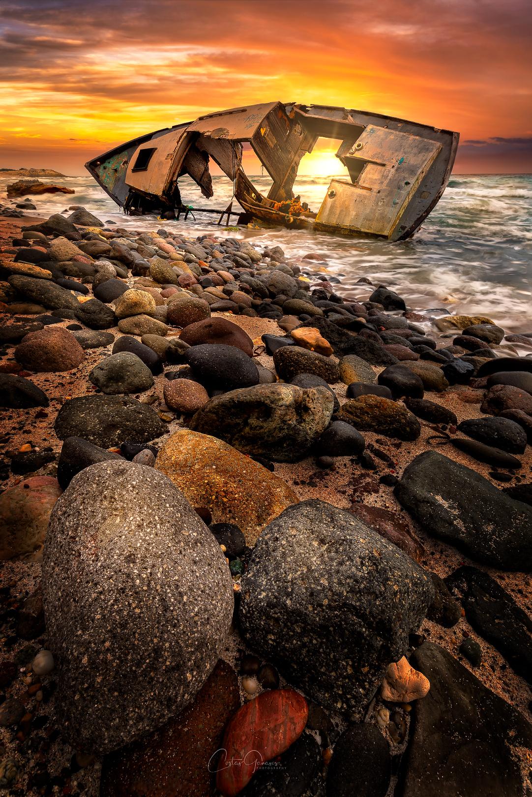 Sunset by the shipwreck - Een mooi zonsondergang in Griekenland by Kos Island - foto door costas_2004 op 15-04-2021 - locatie: Kos 853 00, Griekenland - deze foto bevat: landschap, kos, griekenland, strand, sunset, scheepwrak, stenen, rotsen, zee, boot, lucht, water, wolk, licht, natuurlijk landschap, hout, kust- en oceanische landvormen, landschap, horizon, bodem