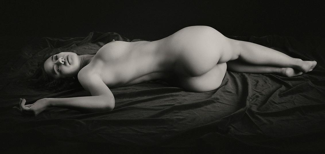 Lying Nude - model Morena - foto door jhslotboom op 30-05-2020 - deze foto bevat: vrouw, model, erotiek, naakt, zwartwit, sepia, klassiek, monochroom, artistiek, liggend, nude art