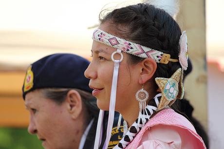 Vrouw met haarband