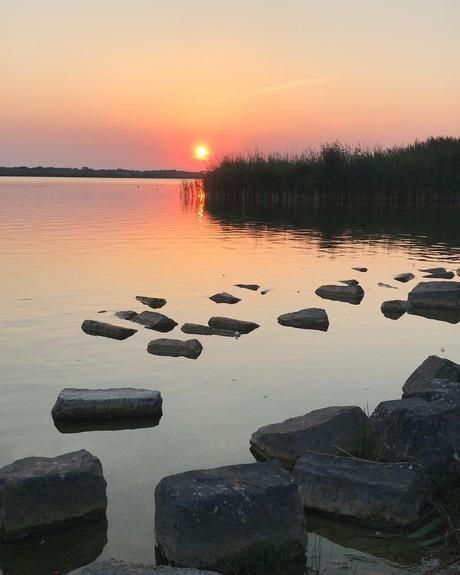 op de dijk met een fantastische zonsondergang