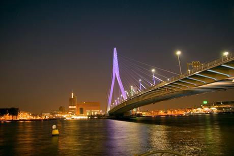 Nacht opname Erasmusbrug Rotterdam