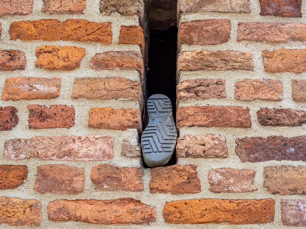 Een smalle doorgang - XXX - foto door Jaap93 op 11-04-2021 - locatie: Zutphen, Nederland - deze foto bevat: hout, rechthoek, metselwerk, steen, bouwmateriaal, muur, lettertype, stenen muur, venster, tinten en schakeringen