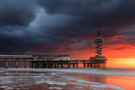 Donkere wolken over de Pier