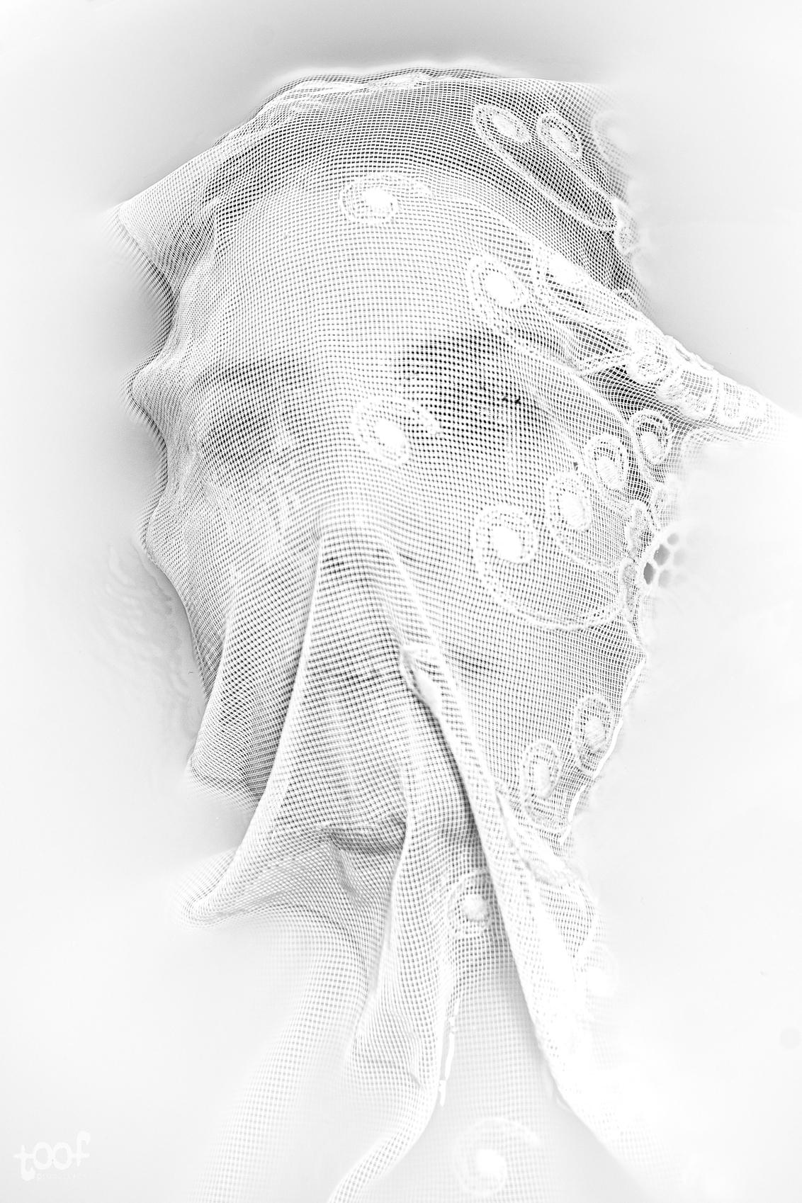 The white covering... - - - foto door toof op 04-04-2020 - deze foto bevat: vrouw, water, licht, portret, flits, ogen, bad, nikon, beauty, zwartwit, emotie, doek, melk, flitser, vitrage, gordijnstof, d750, melkbad