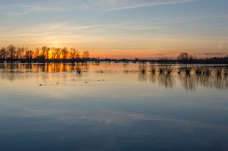 Ondergaande zon aan de IJssel