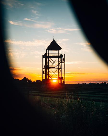 Gesloten toren - Snel zal deze toren in Eenigenburg (Noord-Holland) weer heropenen voor publiek! - foto door mitevisuals op 08-04-2021 - locatie: 1744 JB Eenigenburg, Nederland - deze foto bevat: toren, zon, zonsondergang, kleurrijk, contrast, schaduw, silhouette, wolk, lucht, atmosfeer, water, ecoregio, nagloeien, schemer, zonsondergang, zonlicht, rode lucht 's ochtends