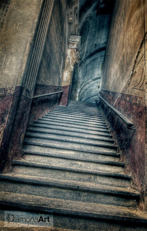 To the scene.... - Deze is de trap naar de tribune van Varia. het is met de breedhoek gemaakt, maar die heeft de neiging om altijd aan de rechterkant wat onscherper te  - foto door damona-art op 01-04-2010 - deze foto bevat: trap, steen, theater, nikon, lost, belgie, verlaten, raw, hdr, stairs, sigma, urbex, 10mm, abandoned, cinema, varia, leegstaand, decay, d300, breedhoek, verloederd