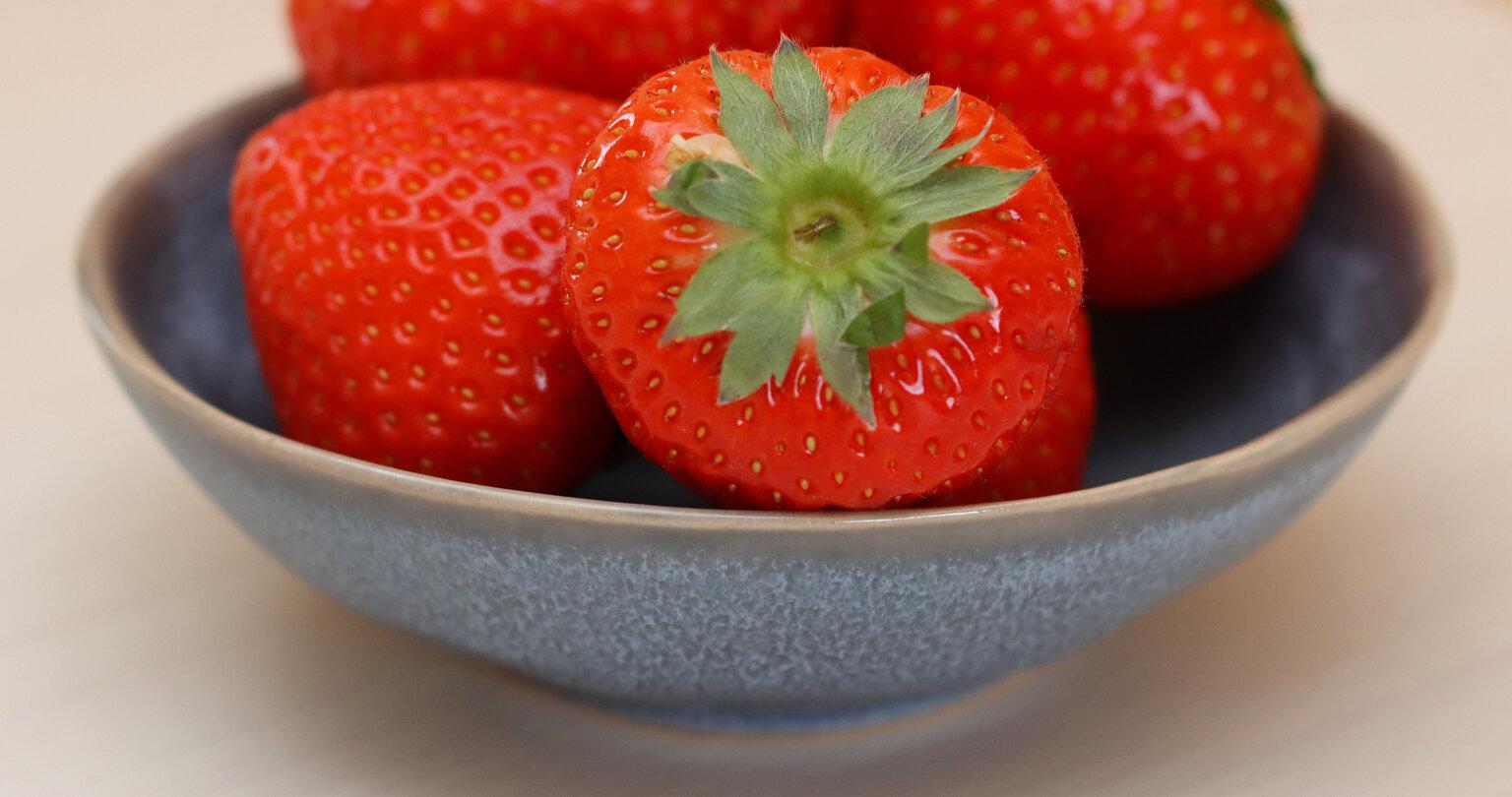 Aardbeien - Bedankt voor jullie reacties op mijn vorige upload. - foto door Dorothy op 15-04-2021 - deze foto bevat: aardbei, fruit, macro, voedsel, aardbei, fruit, natuurlijk voedsel, pittenloos fruit, hoofdvoedsel, ingrediënt, bes, fabriek, rood