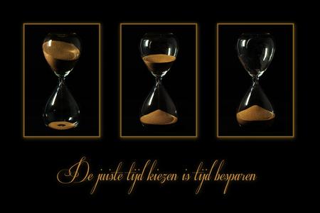 Tijd - Triptiek Photoshop en Lightroom Classic  - foto door Kapole op 11-04-2021 - deze foto bevat: serviesgoed, glaswerk, drinkwaren, zandloper, wijnglas, barbenodigdheden, serveware, bestek, lettertype, champagne-glaswerk
