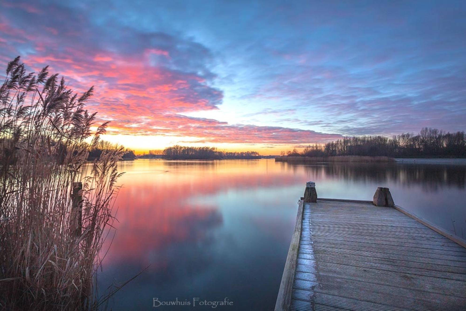 Neverending Sunset - Zonsondergang aan een steigertje in Almere. - foto door Awake78_zoom op 21-01-2019 - deze foto bevat: lucht, wolken, zon, water, sunset, natuur, licht, zonsondergang, landschap, tegenlicht, meer, nederland, flevoland, almere, lange sluitertijd, long exposure, filmwijk