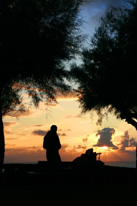 Nieuw licht - Zonsondergang met op de voorgrond een vader met baby in de kinderwagen. - foto door mennovermeulen op 09-05-2010 - deze foto bevat: zon, zee, zonsondergang, silhouet, menno vermeulen