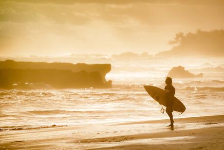 Surfen tijdens het gouden uur