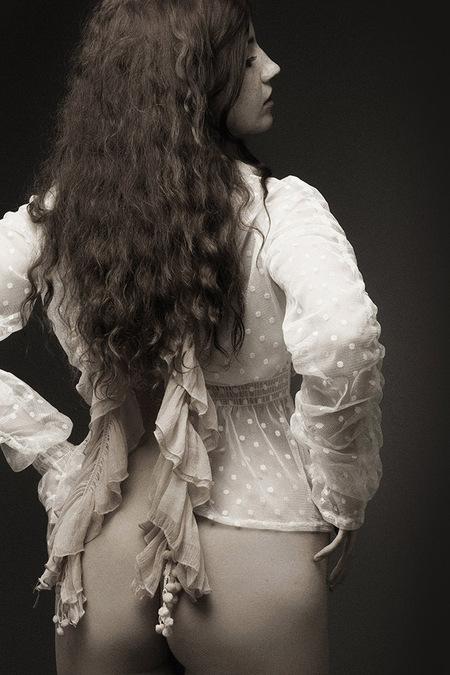 In Monochroom - Het Canadese model La Lunetta. - foto door jhslotboom op 09-04-2021 - deze foto bevat: haar, lip, hand, kapsel, arm, orgaan, flitsfotografie, dij, taille, gebaar