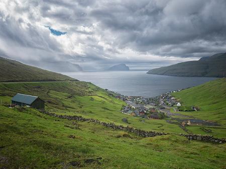 The small village of Kvivik, Faeröer - - - foto door Lakesite op 13-09-2017 - deze foto bevat: lucht, wolken, kleur, zon, uitzicht, zee, water, natuur, vakantie, reizen, landschap, zomer, bergen, wandelen, reisfotografie, europa, Faeröer