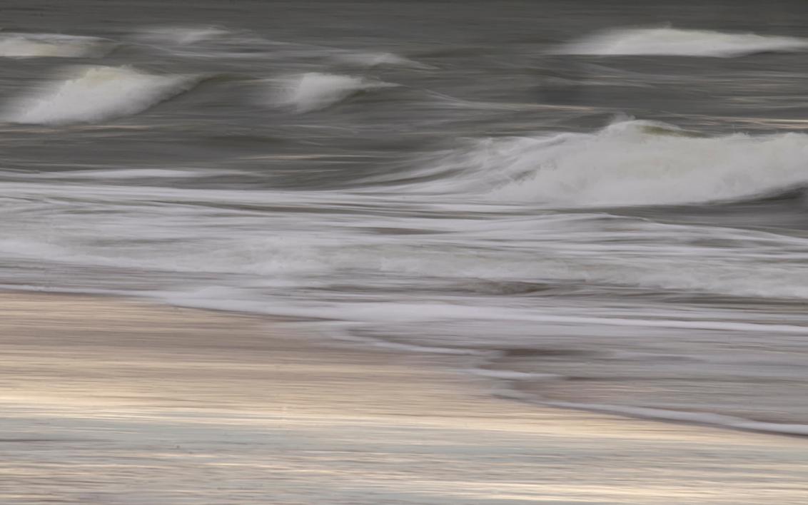 Rolling rolling rolling - Weer eens gebruikt gemaakt van de lange sluitertijd bij de kabbelende golfjes.  Bedankt voor de fijne reacties bij mijn vorige opname. - foto door Dodsi op 11-03-2021 - deze foto bevat: zee, water, natuur, zand, lange sluitertijd