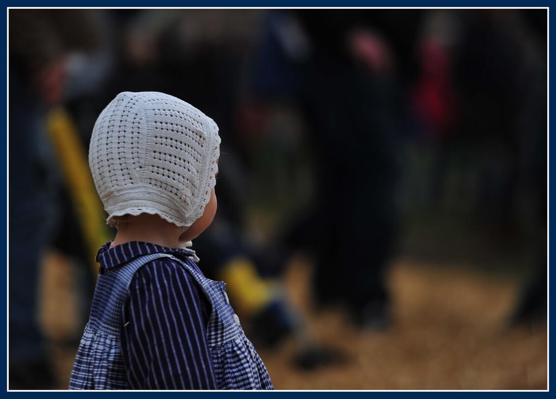 Verwondering - Het Flaeijelfeest is een feest wat wordt gehouden in Nieuwehorne (  dorpje vlak bij Heereveen). Het werd voor de 43 keer gehouden. Dit jaar stond het - foto door gebbe op 29-09-2019 - deze foto bevat: klederdracht, kind, meisje, friesland, toekomst, jeugd, turen, friezin, flaeijelfeest, flaeijelfeest 2019, herfst 2019, nieuwehorne