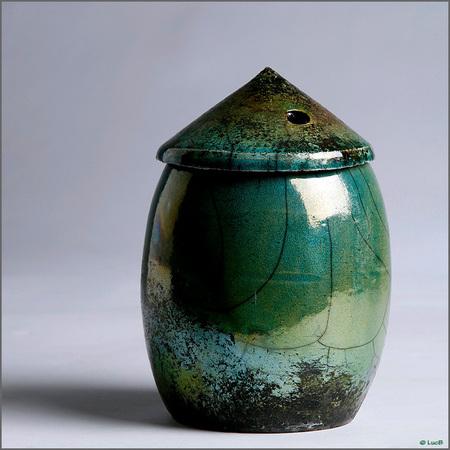 Keramische potten 2 - Mijn laatste uit de studio. Ik weet het,er zullen terug reacties komen op die witte lichtvlek,maar mij persoonlijk stoort het niet,het is de spiegel - foto door luc43 op 08-11-2014 - deze foto bevat: studio, potten, stil leven
