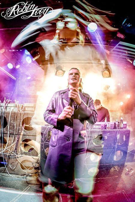 De Likt - Een beetje creatief met licht en sluitertijden. Deze foto van De Likt maakte ik in Rotown Rotterdam  © Robin Looy 2016 - foto door robinlooy op 20-01-2016 - deze foto bevat: rotterdam, licht, pop, artiest, concert, band, live, festival, concertfotografie, rap, hiphop, rotterdams, robin looy, de likt