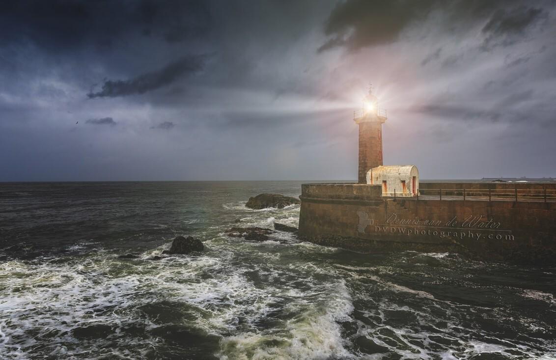 Vuurtoren van Fulgueiras, Porto - [url]https://dvdwphotography.com/2019/06/04/porto-a-small-selection/[/url] -- [url]https://www.facebook.com/DVDWphotography/[/url] -- [url]https: - foto door dennisvdwater op 11-06-2019 - deze foto bevat: wolken, zee, water, vuurtoren, natuur, vakantie, architectuur, reizen, landschap, gebouw, porto, portugal, toerisme, reisfotografie, europa