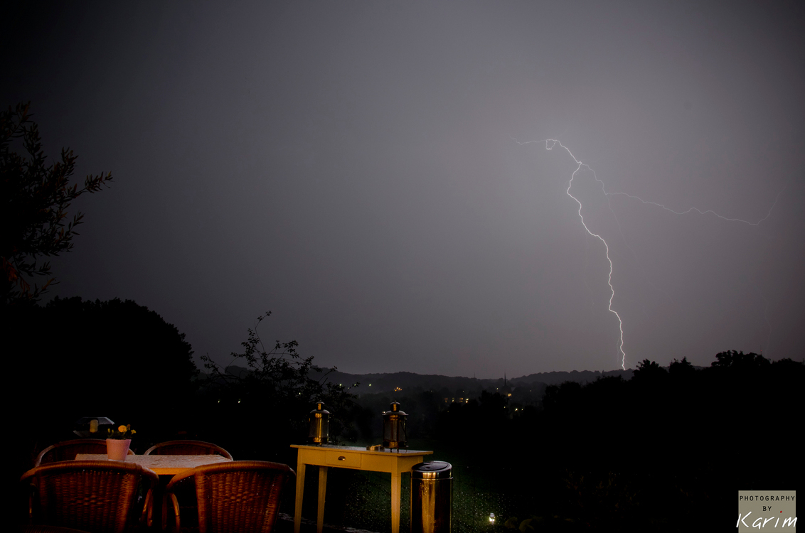 Bliksem op het terras - Langzaam kwamen de wolken met de donder en bliksem het Limburgse landschap binnen drijven. Wat uiteindelijk in een prachtige lichtshow eindigde. Uit - foto door karim_zoom op 09-06-2011 - deze foto bevat: panorama, limburg, terras, bliksem, valkenburg