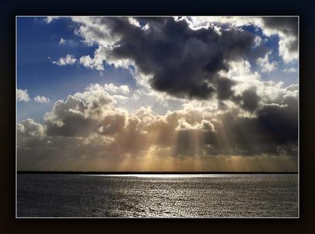 Achter de wolken, schijnt.....