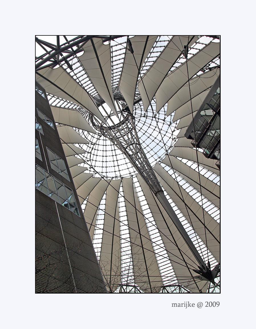 Berlijn 14 - Dit is het dak van het Sony Center, ik vind het een prachtige constructie en ben erg onder de indruk van de wijze waarop dit dak alle verschillende g - foto door ekeren op 20-02-2009 - deze foto bevat: plaza, sony