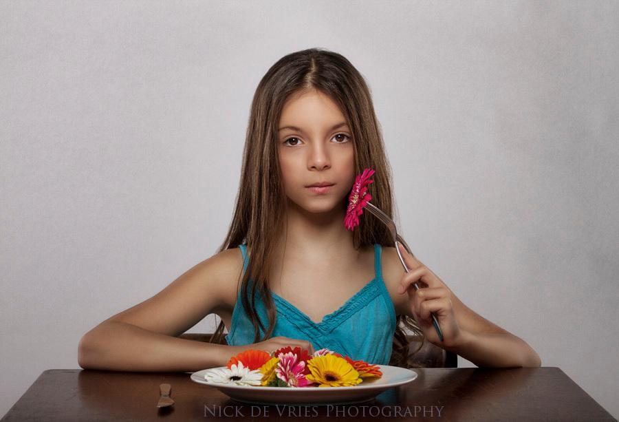Vegi - Model: Amber Jankie  MUA: Anita Mielan - foto door nickdevries op 24-02-2014 - deze foto bevat: kleuren, tafel, portret, bloemen, model, kind, meisje, tonen, jurk, poseren, zacht