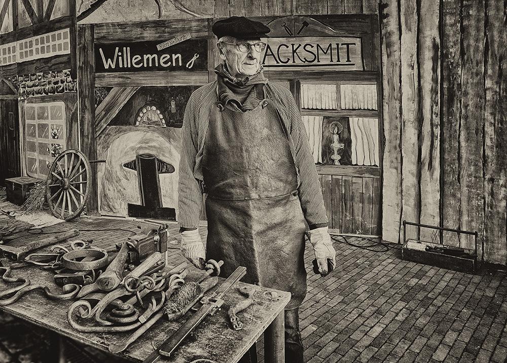Dickens day - De ambachtsman/Smid - foto door jandehaan_zoom op 10-04-2021 - locatie: Drunen, Nederland - deze foto bevat: stijl, venter, verkoop, vintage kleding, monochroom, straat, kunst, monochrome fotografie, geschiedenis, illustratie