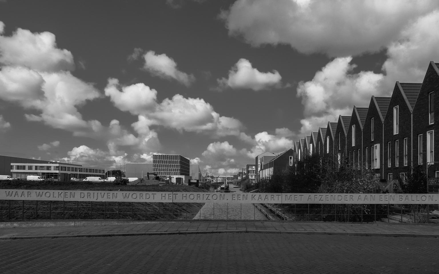 Waar wolken drijven... - Veel bruggen in Den Hoorn zijn voorzien van een tekst.  Bedankt voor de fijne reacties bij 'gehakkelde aurelia' en 'wat waren de luchten mooi'. - foto door convust op 14-04-2021 - locatie: 2635 Den Hoorn, Nederland - deze foto bevat: lucht, wolken, woonwijk, brug, nieuwbouw, wolk, lucht, gebouw, zwart en wit, grijs, stijl, cumulus, stad, torenblok, weg oppervlak