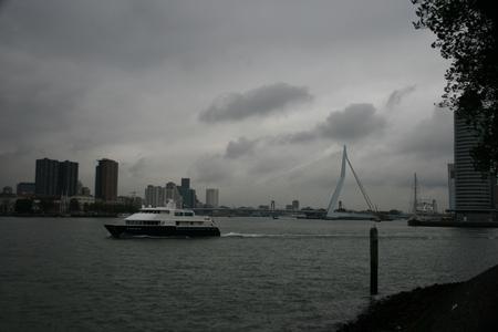 port of - - - foto door glimmend op 04-11-2009 - deze foto bevat: rotterdam, boot, erasmusbrug, haven, katendrecht