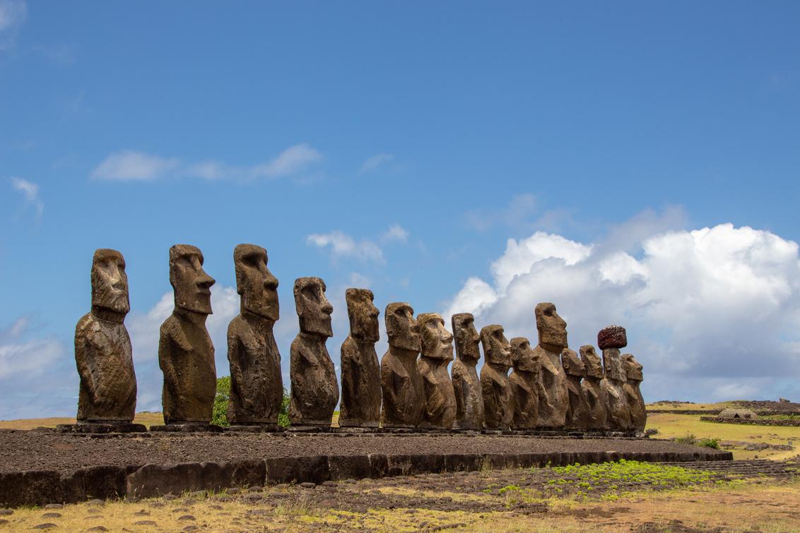 Ahu Tongariki, Paaseiland - Ahu Tongariki op Paaseiland. Een platform met 15 moais - foto door sannebak op 04-05-2019 - deze foto bevat: lucht, wolken, beelden, landschap, cultuur, eiland, geschiedenis, chili, reisfotografie, moai, paaseiland, zuid Amerika, ahu tongariki