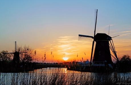 Zonsondergang tussen de molens