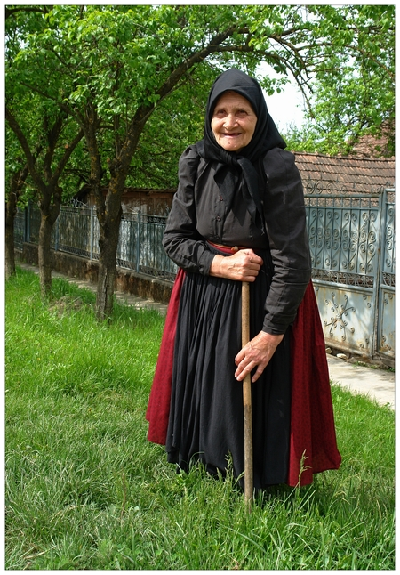 Magisch Roemenië.. - Het boek onder de zelfde naam komt er nu eindelijk aan zij het in het Engels en.. ja wel, met een aantal foto's van mij genomen tijdens mijn onverget - foto door rudy-rudy op 18-01-2012 - deze foto bevat: oud, vrouw, foto, portret, boek, arm, roemenie, hongarije, hongaars, rudy-rudy