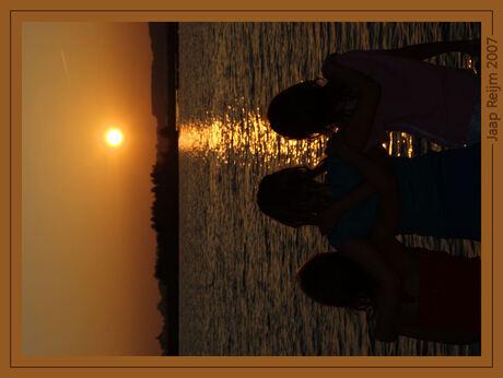 Vriendinnen genieten van zonsondergang