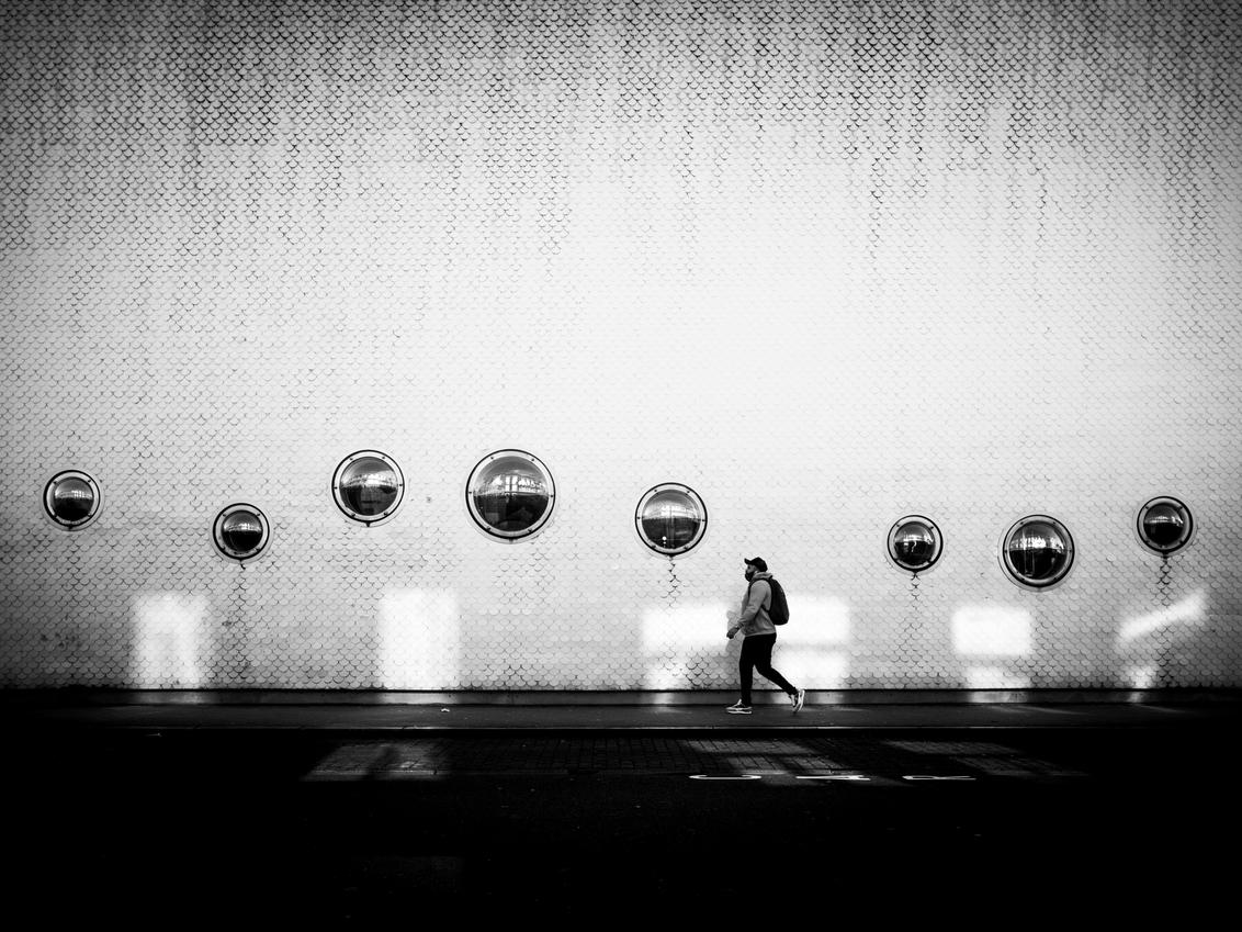 street partiture - was lang geleden dat we eens wat konden gaan fotograferen, deed deugd! - foto door bulke op 07-03-2021 - deze foto bevat: architectuur, reflectie, schaduw, stad, zwartwit, compositie, straatfotografie, ritme, partituur, juxtapositie