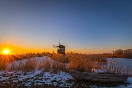 Sunset at Rustenburg - Strijkmolen bij Rustenburg - foto door p.heins op 04-03-2021 - deze foto bevat: lucht, zon, natuur, licht, sneeuw, winter, zonsondergang, ijs, landschap, tegenlicht