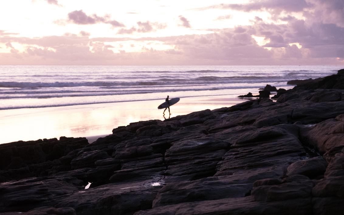 Taghazout - Surf - Sfeerfoto van het strand van Taghazout, Marokko. - foto door Krulkoos op 05-02-2020 - deze foto bevat: kleuren, paars, kleur, strand, zee, water, avond, zonsondergang, vakantie, reizen, landschap, silhouette, kust, surfen, sfeer, marokko, beach, landscape, surfing, colour, surf, pastel, surfers, kustlijn, reisfotografie, sfeerbeeld, pastels, colorful, morocco, pastelkleuren, silhouettes, coast, maroc, maurice weststrate, lx100, taghazout, moroccan colors, colors of morocco, pastel colors, surflife