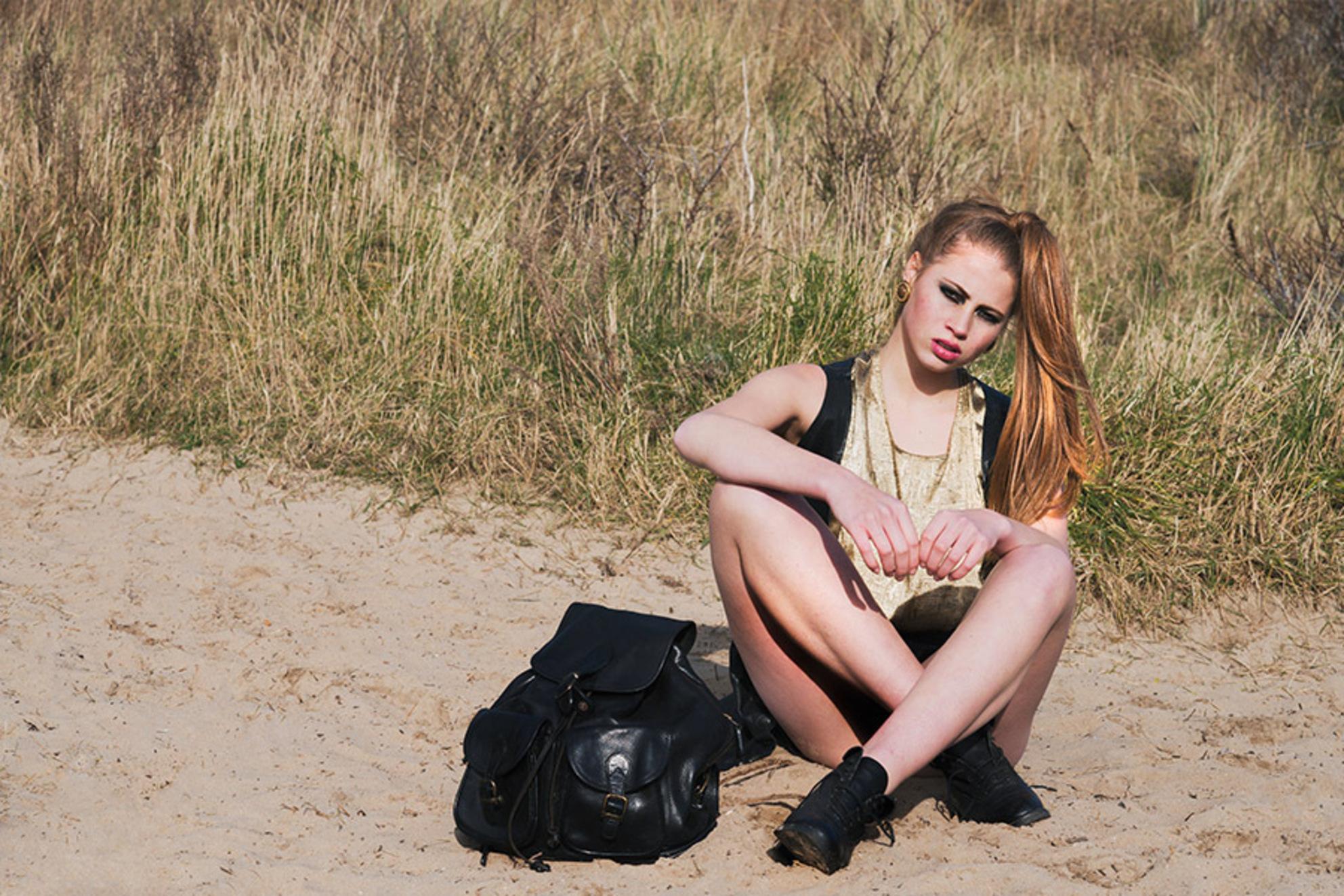 The vintage guide - Shoot voor de Vintage Guide, Model: Cecilia Zevenhek - foto door raisazwart op 18-03-2014 - deze foto bevat: schaduw, duinen, zomer, fashion, summer, mode, hard licht, hard light