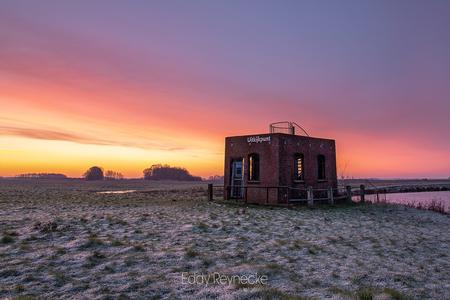 WATCHTOWER - Prachtige kleuren tijdens de zonsopkomst bij de Uitkijktoren Elzemaat in Eexterveen. - foto door eddy-reynecke op 28-02-2019 - deze foto bevat: lucht, wolken, zon, water, natuur, licht, landschap, tegenlicht, zonsopkomst, bomen, rivier, lange sluitertijd