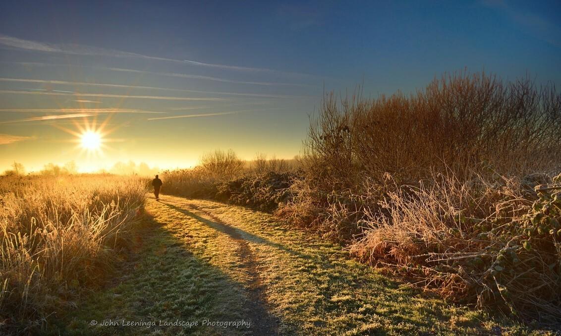 Vroege wandelaar - Iedereen bedankt voor de reacties op mijn vorige upload.  Een vroege wandelaar in het recreatie gebied het Twiske   1X KLIKKEN IS MOOIER - foto door john9999 op 20-01-2017 - deze foto bevat: zon, winter, ster, zonsopkomst, wandelaar, twiske, John Leeninga