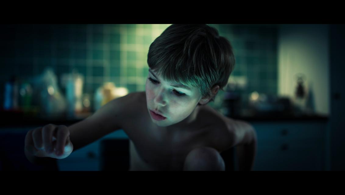Ghost Touch - [view full screen in a dark setting] - foto door CHRIZ op 14-06-2020 - deze foto bevat: donker, licht, portret, jongen, film, cinema, 35mm, cinematic