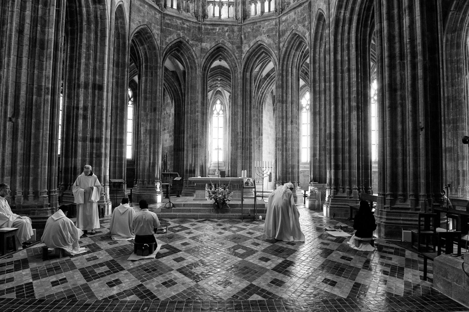 Praying - Dit is een opname uit de kathedraal van de Mont Saint-Michel in Bretagne. De lichtinval was machtig mooi. Door de omzetting naar zwart wit en de cont - foto door Reinier63 op 30-03-2016 - deze foto bevat: oud, mensen, zon, licht, kasteel, lijnen, frankrijk, kerk, zwartwit, kathedraal, bidden, religie, bretagne, katholiek, christen, Mont Saint-Michel - Deze foto mag gebruikt worden in een Zoom.nl publicatie