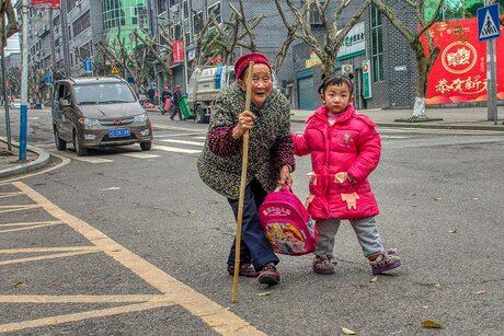 Grootmoeder brengt kleinkind naar school