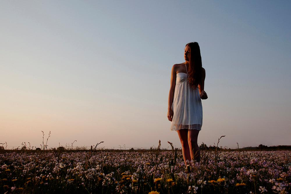 s i r e n . . . - Seriefoto... - foto door anco_zoom op 25-04-2011 - deze foto bevat: vrouw, zon, veluwe, avond, portret, voorjaar, sfeer, bloemenveld, sirene, veluwemeer, serie, anco kolstee
