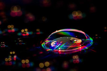 droevig - Het was geen weer om buiten te fotograferen dus dan binnen maar wat uitproberen. Een cd met waterdruppels is dan een ideaal onderwerp. Iedereen bedan - foto door lauensandy op 14-01-2017 - deze foto bevat: groen, rood, macro, water, druppel, geel, licht, cd, bokeh
