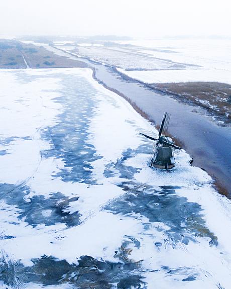 Sneeuw en ijs op de polder
