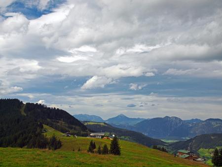 herfst - De bergen van de Hohe Salve in Oostenrijk gloeien nog na van de lange zomer, maar je ruikt de herfst al en in de lucht is het onrustig.... - foto door ekeren op 10-10-2012 - deze foto bevat: lucht, herfst, bergen, oostenrijk