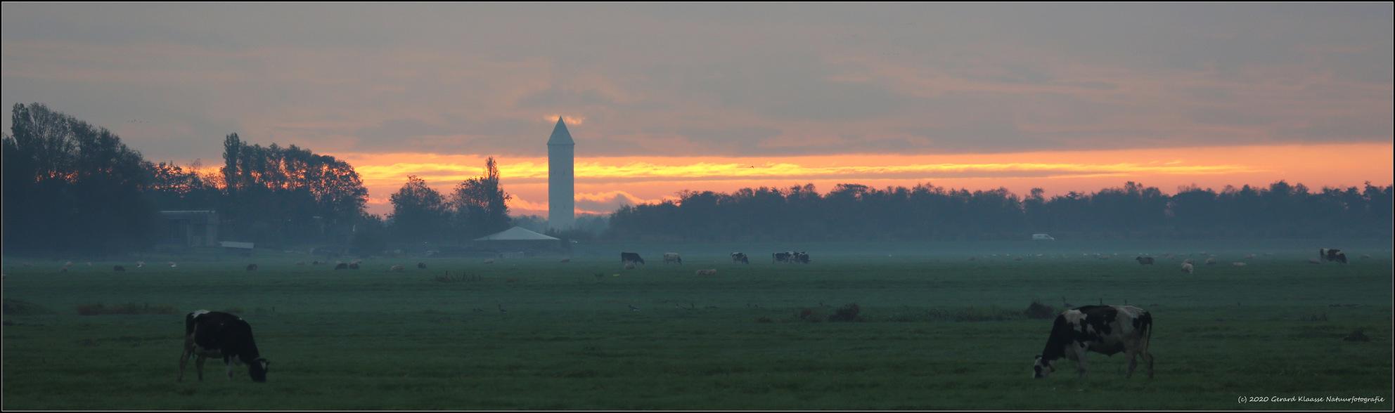 Pietje Potlood - Pietje Potlood is de bijnaam van de watertoren in De Meije (1932), een lintdorp midden in het Groen Hart. Eigenaar is nu Drinkwaterbedrijf Oasen. De  - foto door gaklaasse op 21-10-2020 - deze foto bevat: lucht, wolken, zon, panorama, licht, landschap, mist, watertoren, tegenlicht, zonsopkomst, pietje potlood